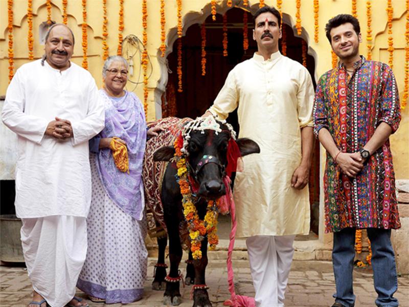 divyendu sharma awesome chemistry with akshay kumar in toilet ek prem katha standing with whole onscreen family