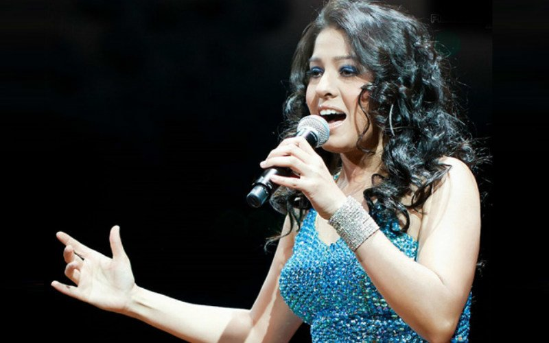 Sunidhi Chauhan trips on stage