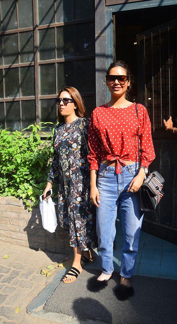 esha gupta with sister