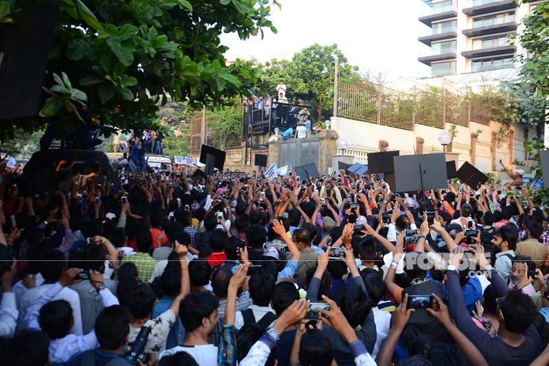 fans outside mannat