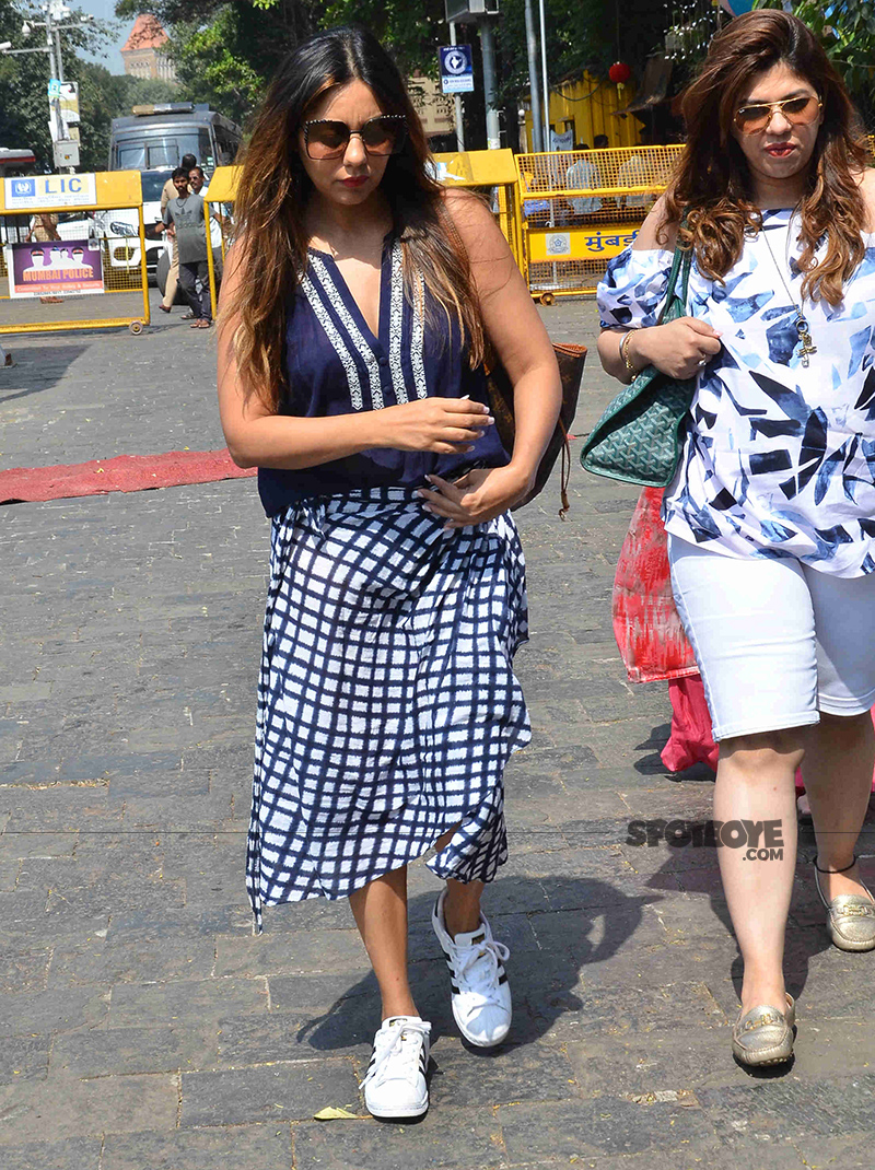 gauri khan snapped on route to alibaug