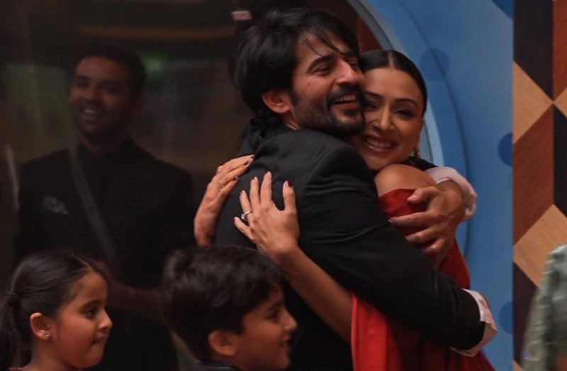 gauri pradhan visits hiten tejwani on the sets of bigg boss 11