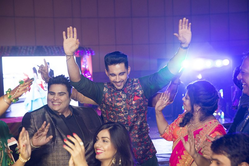 groom abhishek bajaj dances with the baratis