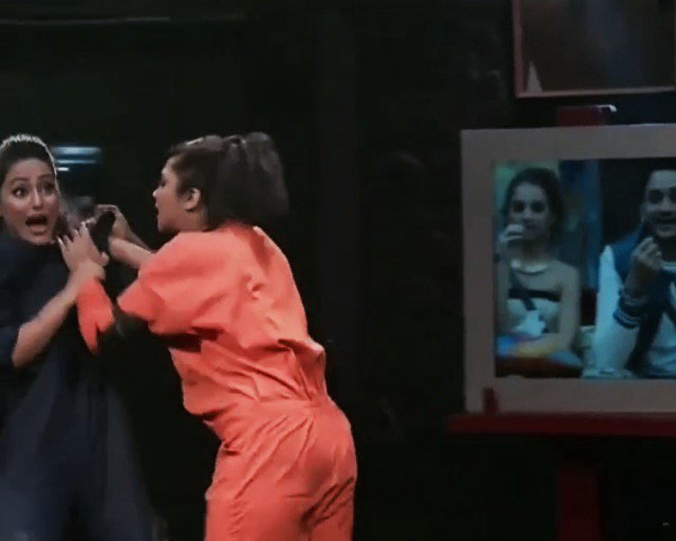 hina khan and arshi khan in a fight