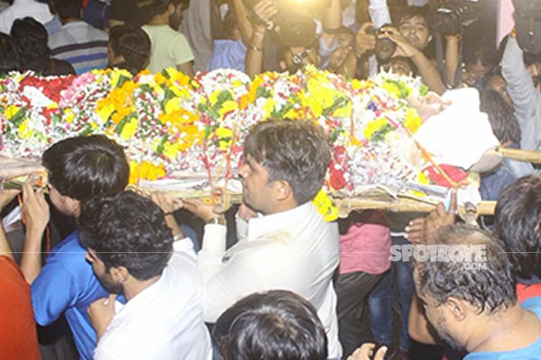 inder kumar being carried for his last rites