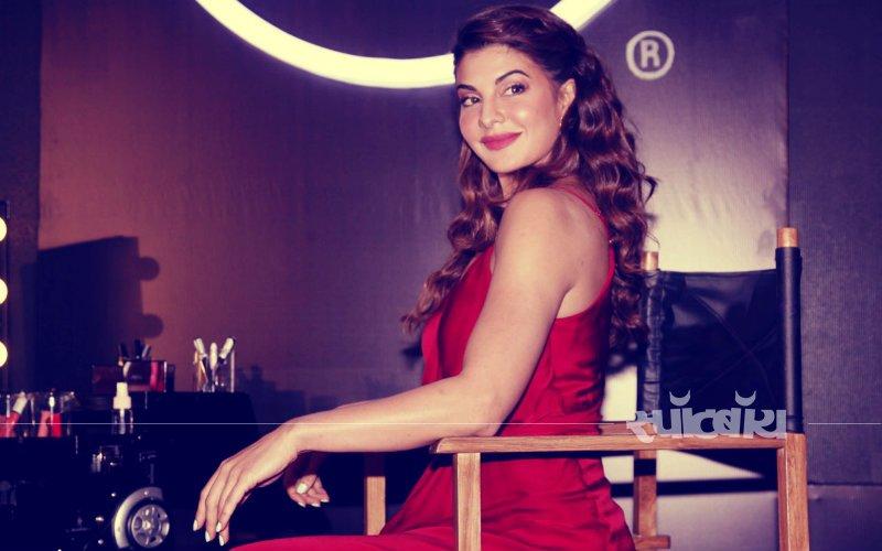 Beat The Heat! जैकलिन फ़र्नांडिस का ये लाल ड्रेस है गर्मियों के लिए एकदम Cool