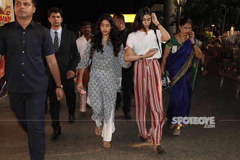 janhvi kapoor with sister khushi at airport