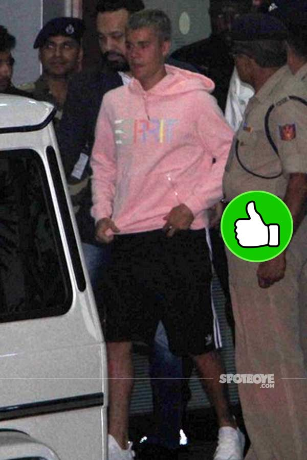 justin bieber impresses with a pink sweatshirt at the mumbai airport