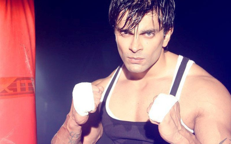 Bipasha Basu's Husband Karan Singh Grover Gets Into A Street Fight!