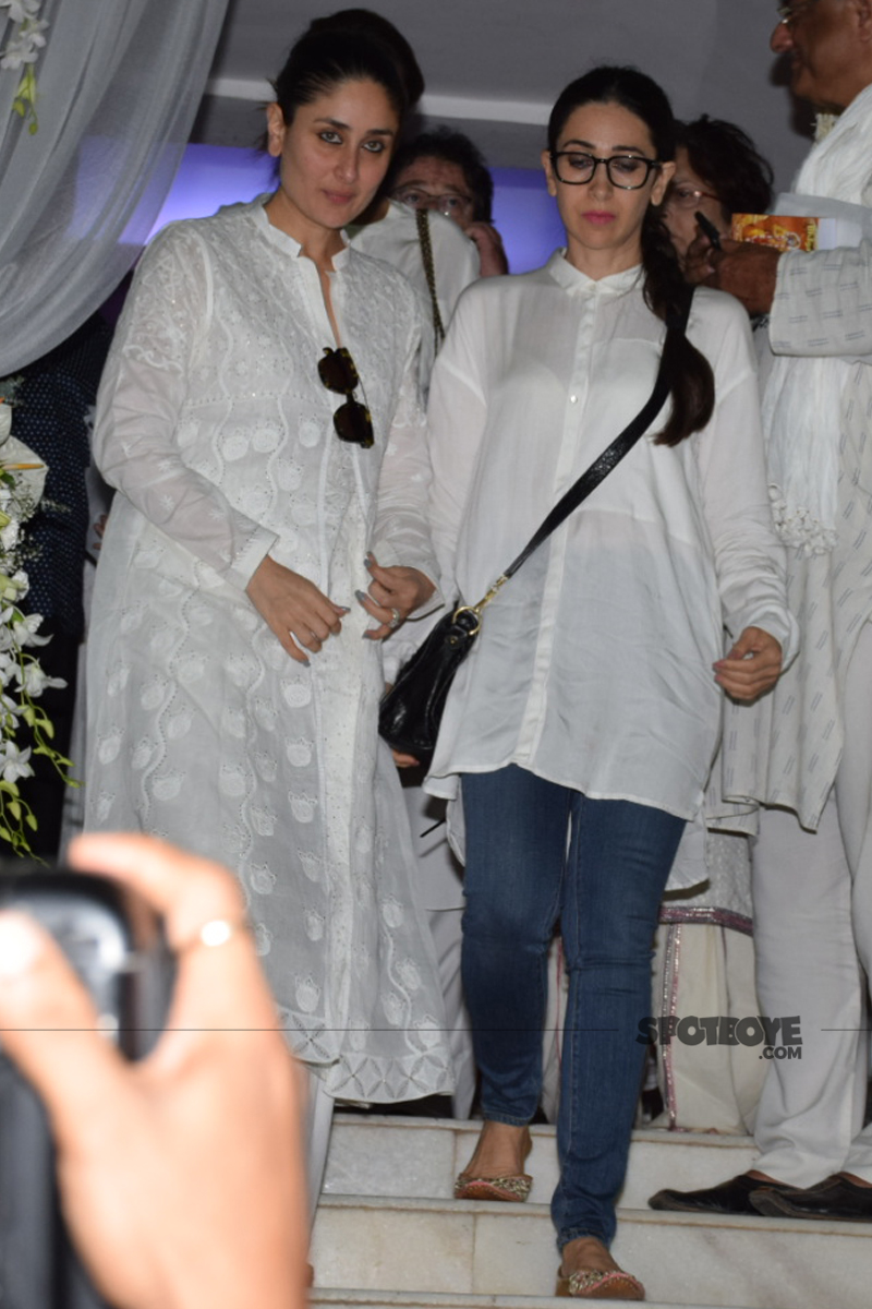 kareena kapoor with sister karisma kapoor at ram mukerji prayer meet