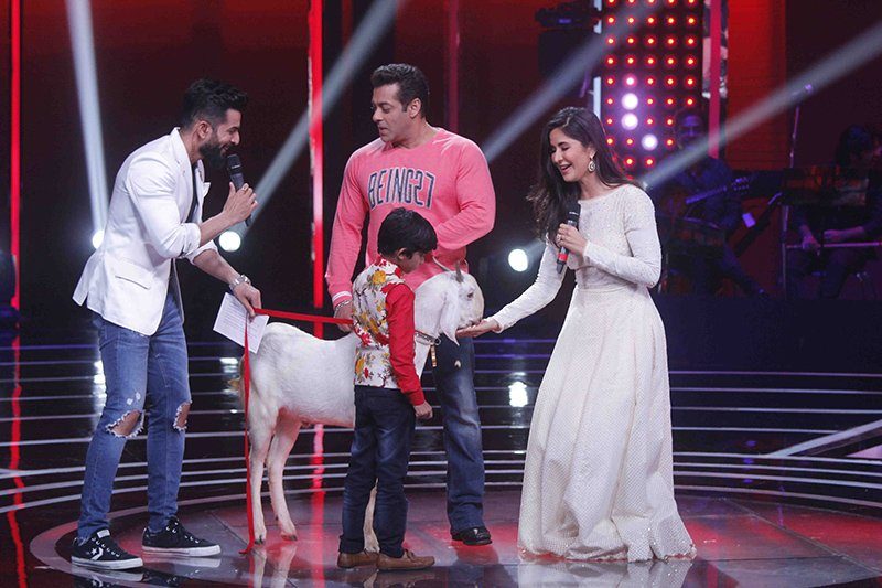 katrina kaif and salman khan on the sets of the voice india kids