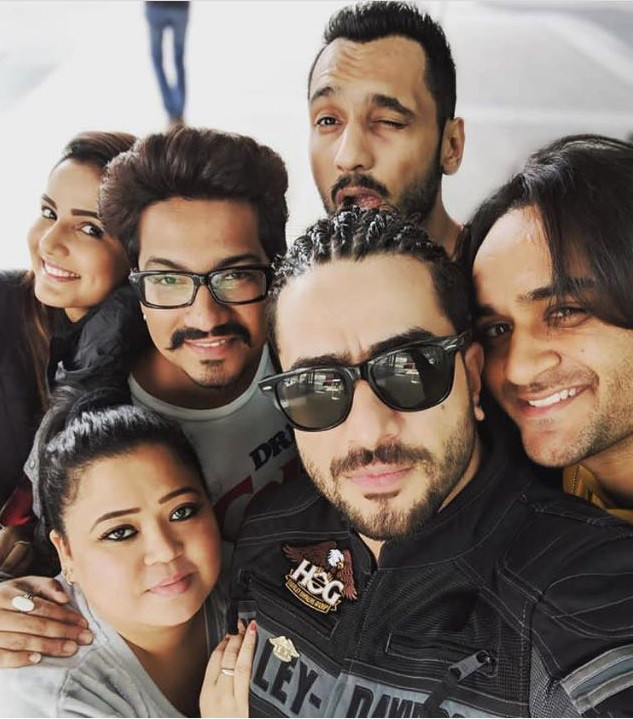 khatron ke khiladi contestants pose for a selfie