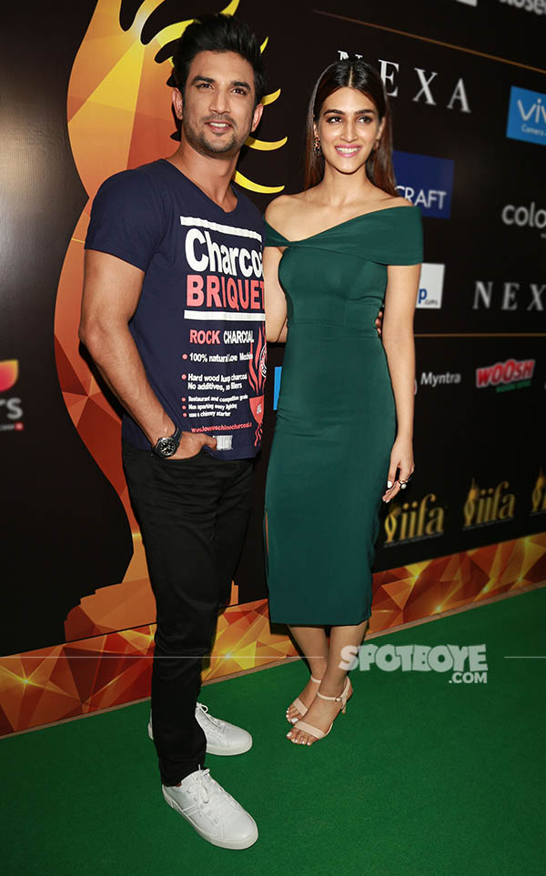 sushant singh rajput and kriti sanon pose for the shutterbugs