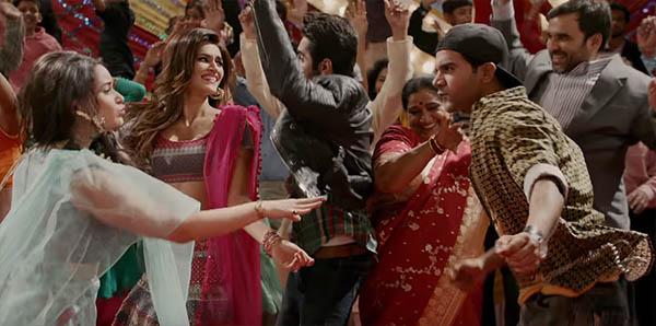kriti sanon, ayushmann khurrana, rajkummar rao and kriti on screen family in bareilly ki barfi