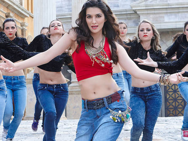 kriti sanon in a still from the movie dilwale