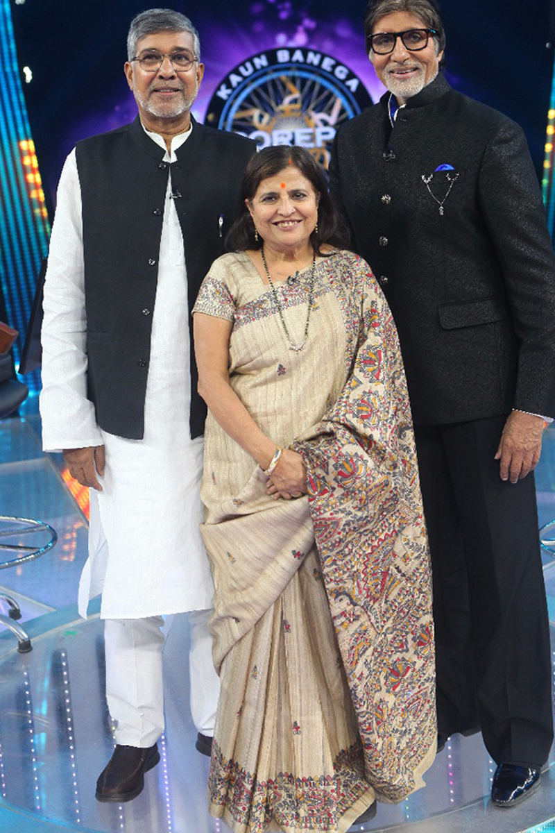 nobel prize winner kailash satyarthi poses with amitabh bachchan