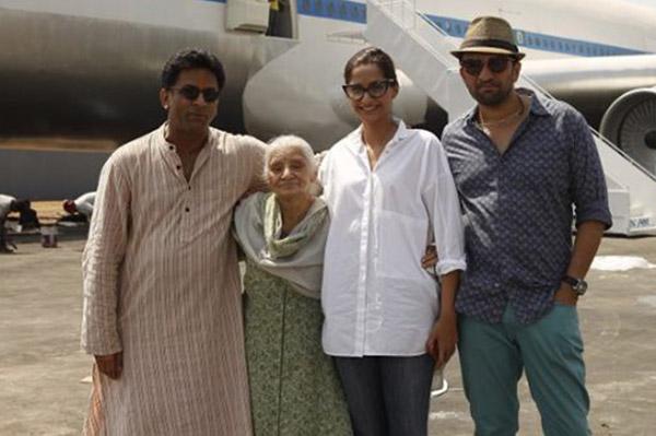 neerja director ram madhvani, actress sonam kapoor and producer atul kasbekar with neerja bhanot's mother rama bhanot