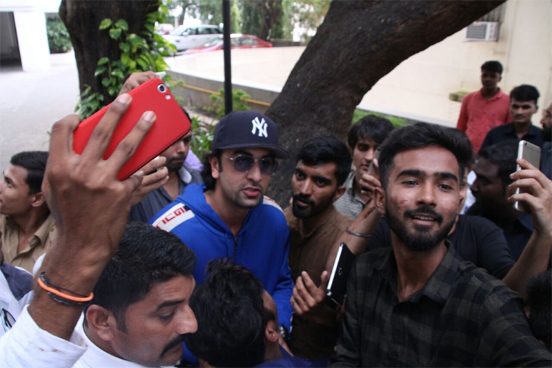 ranbir kapoor celebrates his birthday with fans