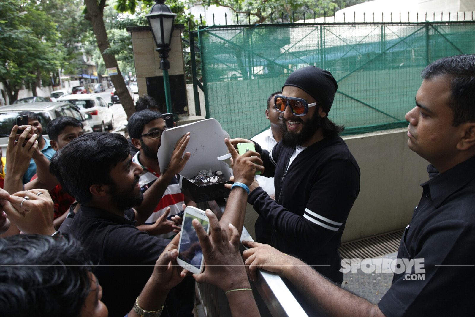ranveer singh cuts his birthday cake with his fans
