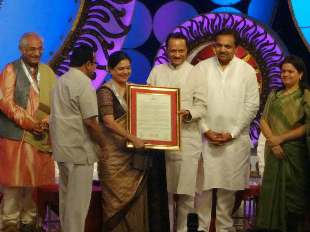 reema lagoo being awarded marathi insdustry