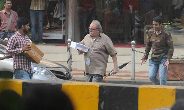 rishi kapoor goes unrecognised in mumbai while in his 102 not out avatar