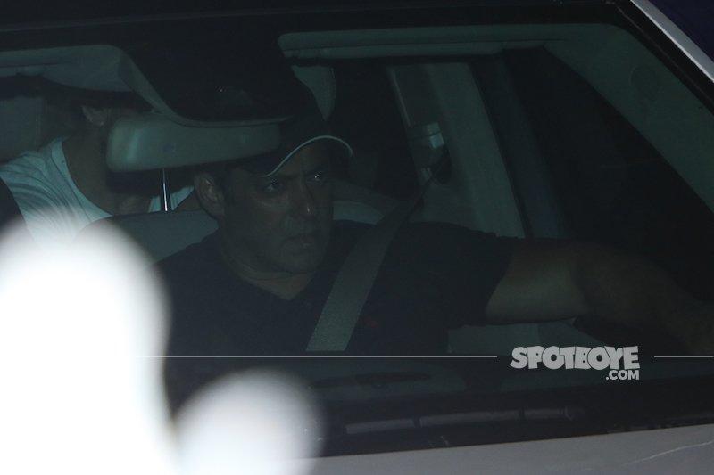 salman khan arrives in his car
