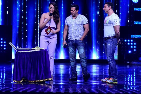 salman khan sonakshi sinha and sohail khan on the sets of nach baliye 8
