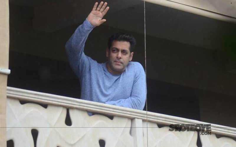 salman khan waving to his fans on eid