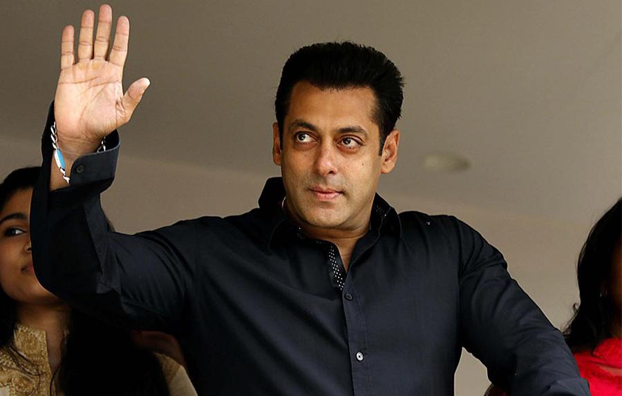salman khan waving to his fans