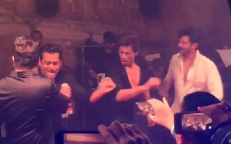 वीडियो: सोनम के रिसेप्शन में एक साथ 'टन टना टन' गाने पर नाचते दिखे सलमान और शाहरुख