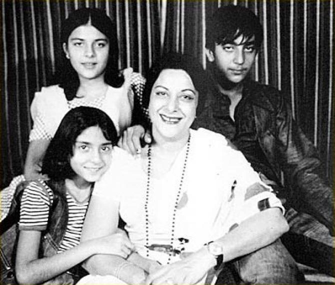 sanjay dutt with mom nargis and sisters priya and namrata