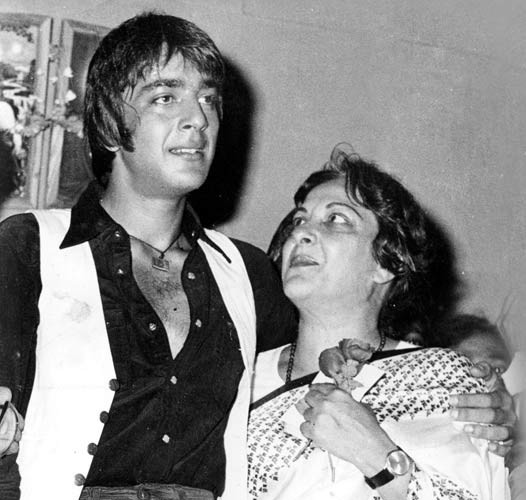 sanjay dutt with mom nargis