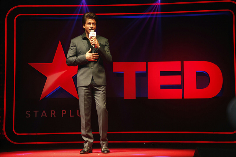 shah rukh khan addressing the crowd on ted talks india