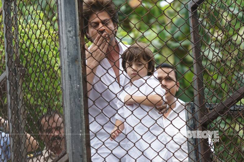 shah rukh khan greets his fans with a flying kiss