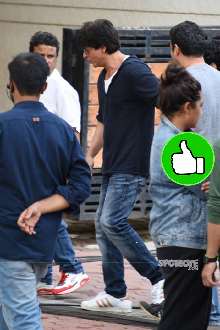 shah rukh khan looks cool in his casual avatar