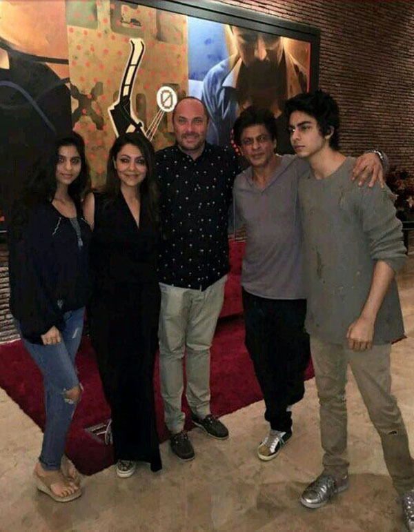 shah rukh khan snapped with family