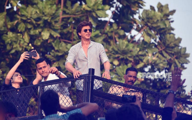 shah rukh khan with his fans