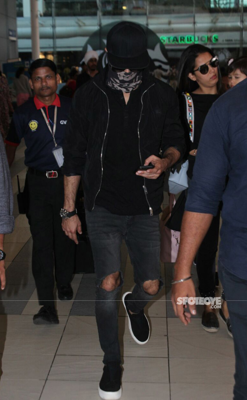 shahid kapoor hiding his face at the airport
