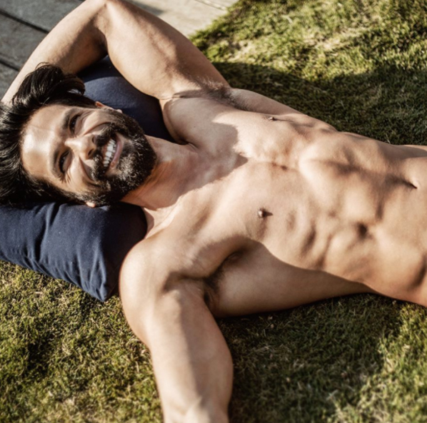 shahid kapoor shows off his abs