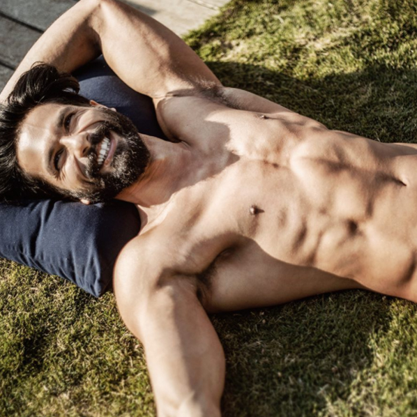 shahid kapoor shows off his chiseled body
