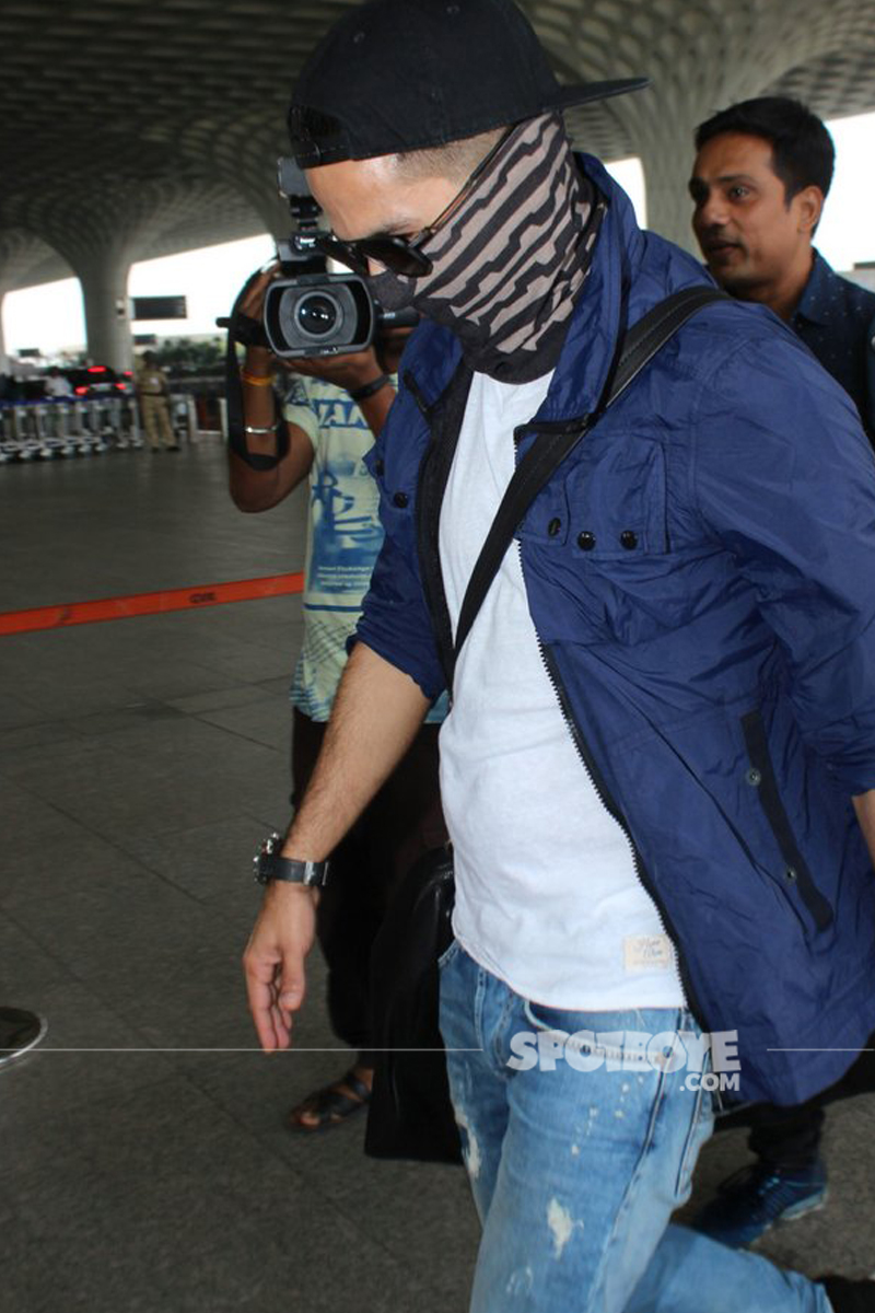 shahid kapoor spotted hiding his face