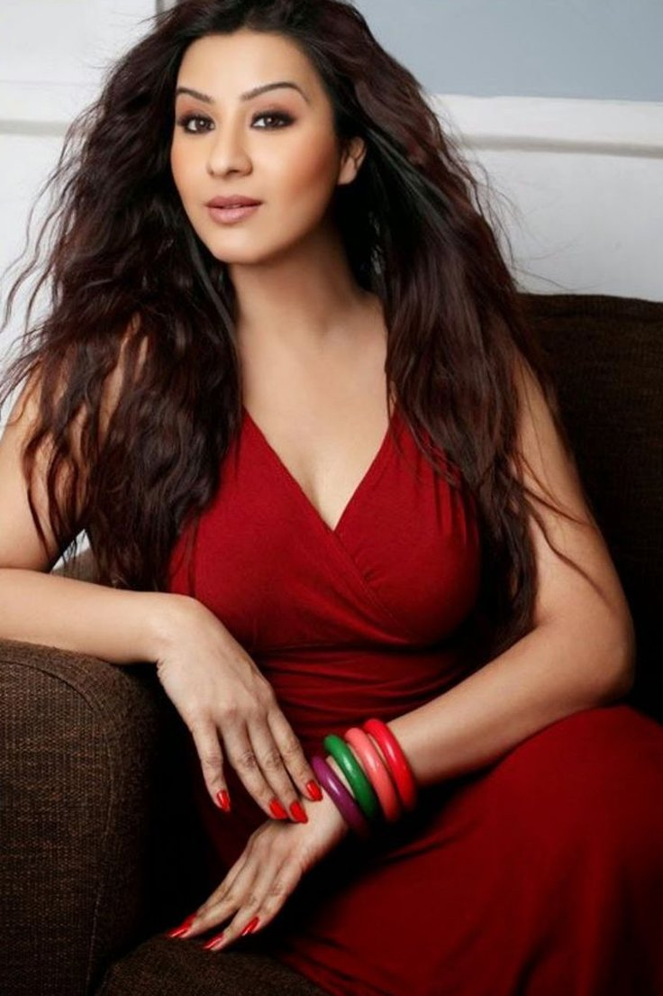 shilpa shinde looks hot in red