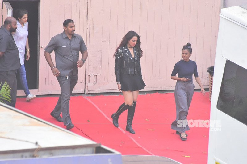 sonakshi sinha on the sets