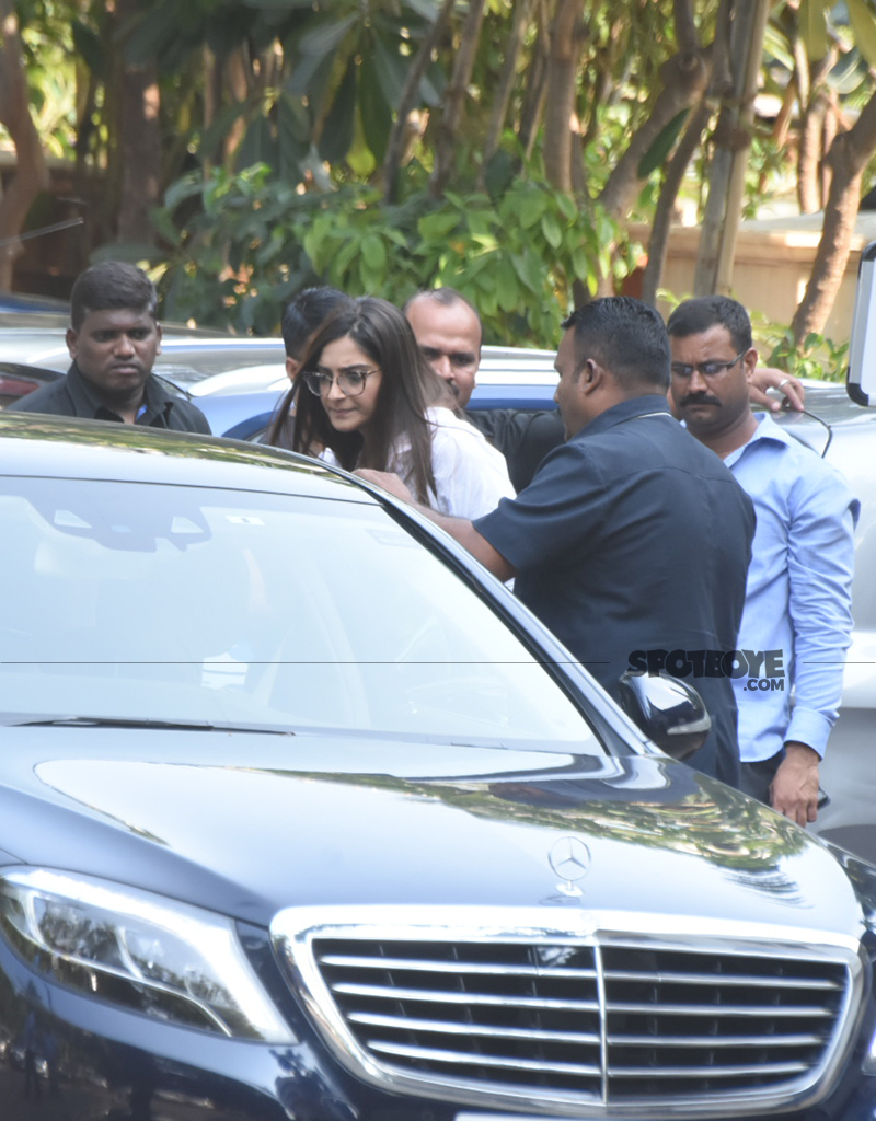 sonam kapoor at rani mukerji s father prayer meet