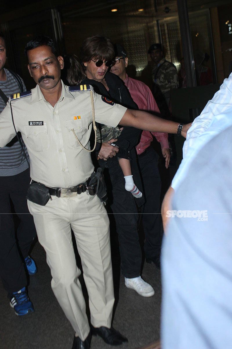 srk nailed the airport look