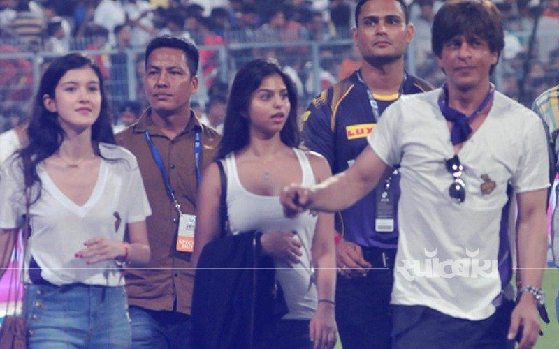 IPL Fever: सुहाना खान और शनाया कपूर पर चढ़ा आईपीएल का बुखार, शाहरुख़ की टीम KKR के लिए चीयर करती आई नज़र
