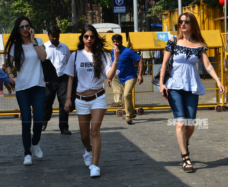 suhana khan and sussanne khan snapped departing for srk birthday bash in alibaug