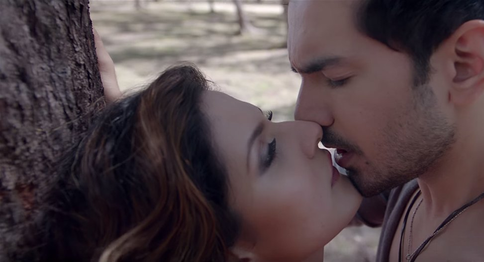 zareen khans steamy lip lock in aksar 2
