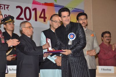 omung kumar recieving an award