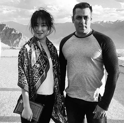 salman khan and zhuzhu on the sets of tubelight